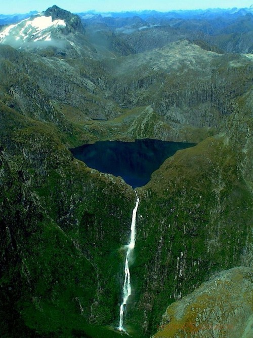 Gambaran air terjun Sutherland Falls New Zealand